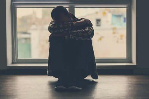 Mand, der skjuler sig ansigt, oplever Dobby effekten af skyldfølelse