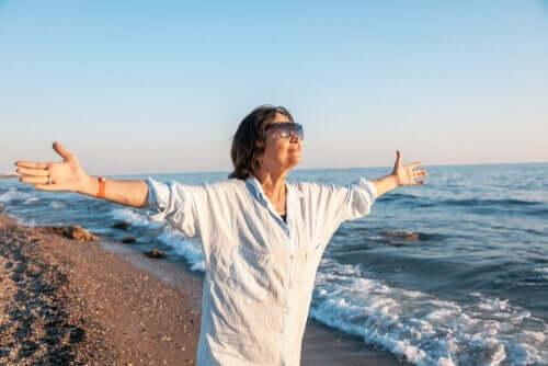 glad ældre kvinde ved havet illustrerer, at 85 er det nye 65