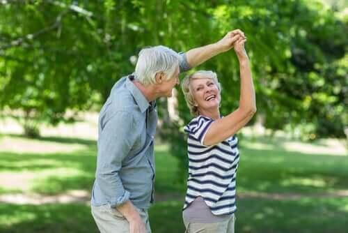 ældre par danser i haven