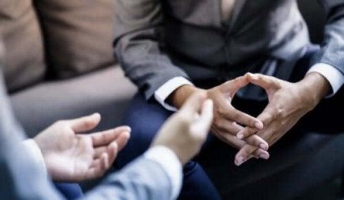 Personer taler og laver fagter med hænderne, som studeret af Geoffrey Beattie