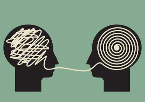 Teori om overbevisende kommunikation af Carl Hovland illustreres af to hoveder, der kommunikerer