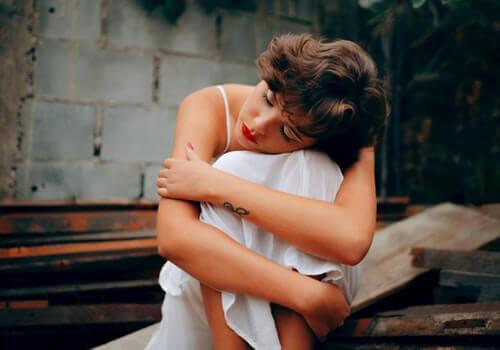 kvinde, der holder om sig selv, føler tristhed