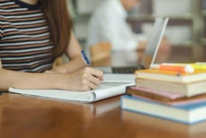 kvinde, der studerer