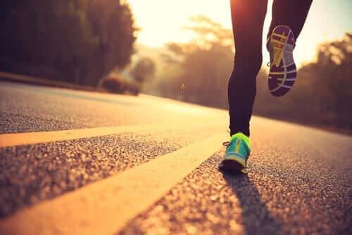 En kvinde, der løber på et banefelt