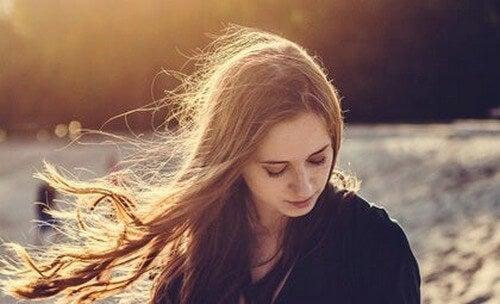 Kvinde med vind i håret tænker over døden