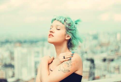 kvinde med grønt hår