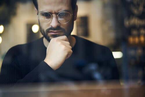 En mand med briller, der tænker