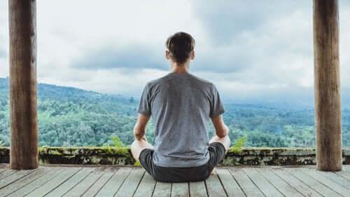 En mand, der praktiserer meditation