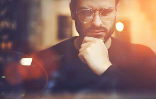 Mand med briller tænker