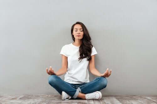 kvinde i gang med meditation