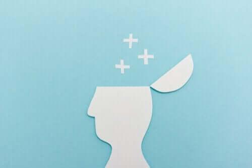 Papirsklip af person, hvor hovedet åbnes og plusser kommer ud