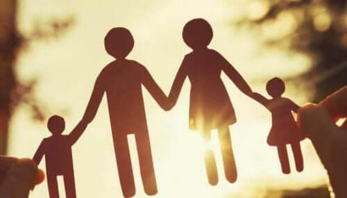 Papirsklip af familie bestående af mor, far og to børn
