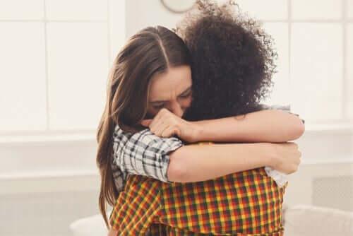 Venner omfavner hinanden