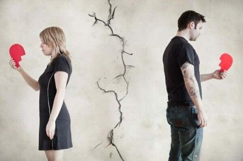 Et par med knuste hjerter illustrerer, at man aldrig kan glemme en tidligere kærlighed