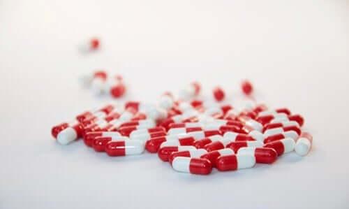 røde og hvide piller