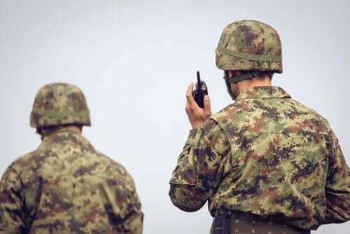 Soldater set bagfra