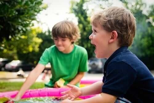 To drenge leger med vand sammen som en del af behandling af autisme