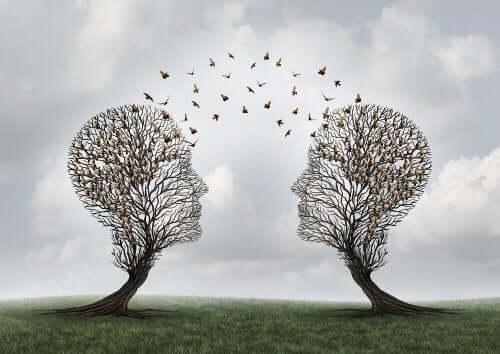 Træer former som hoveder har fugle flyvende imellem sig