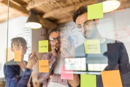 Personer bruger noter til brainstorming