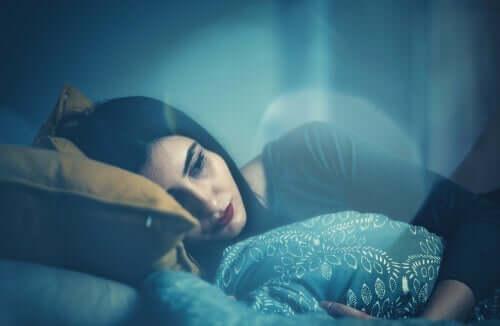 trist kvinde i sin seng