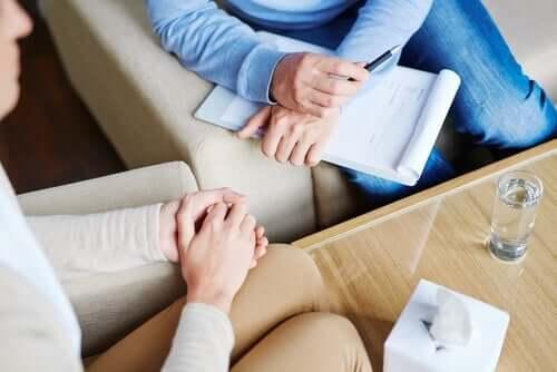 Person i transdiagnostisk terapi