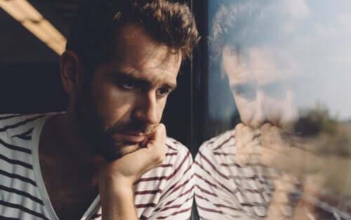 Mand i tog ser ud af vindue