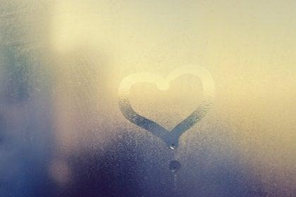 et hjerte tegnet i duggen på ruden