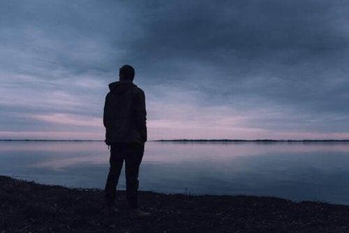 En ensom mand ved sø er eksempel på, hvordan det er, når du boykotter dig selv