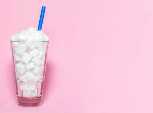 Sukkerknalder i glas med sugerør
