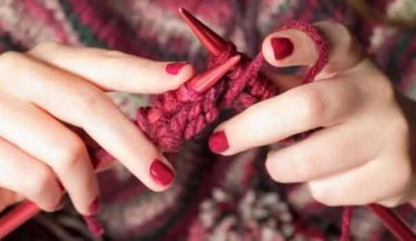 Der er mange muligheder for at arbejde med hænderne, såsom at strikke