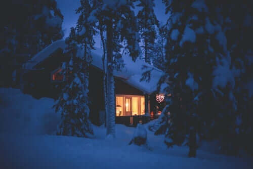 En hytte dækket af sne, ligesom den i fortællingen om forskelligheder