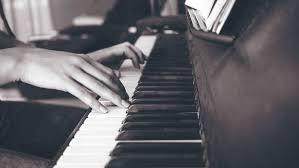 Kvinde spiller klaver