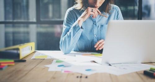 Gig Economy - En kvinde, der arbejder på et kontor