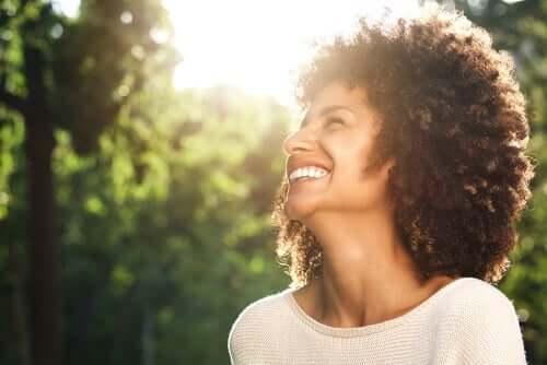 Smilende kvinde udenfor