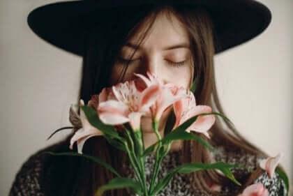 Kvinde dufter til blomster