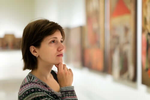 Kvinde ser på malerier