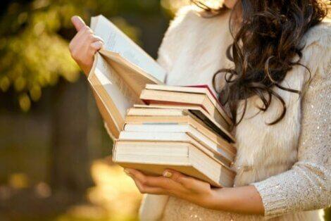 Kvinde med en masse bøger