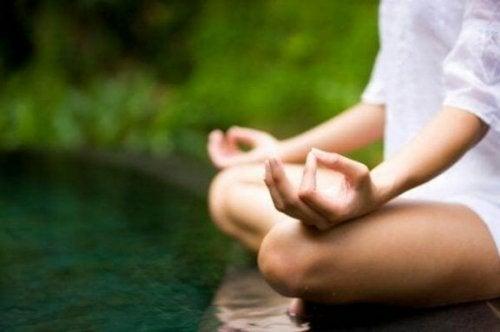 Kvinde mediterer ved pool som en del af EMDR terapi