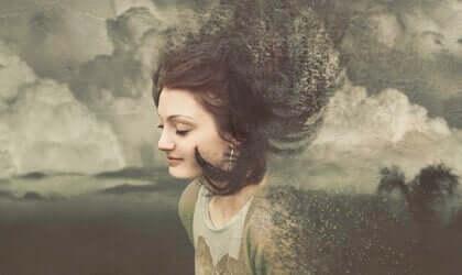 En kvinde omgivet af skyer