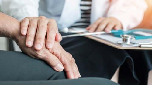 Læge tjekker patients hånd for ekstrapyramidale symptomer