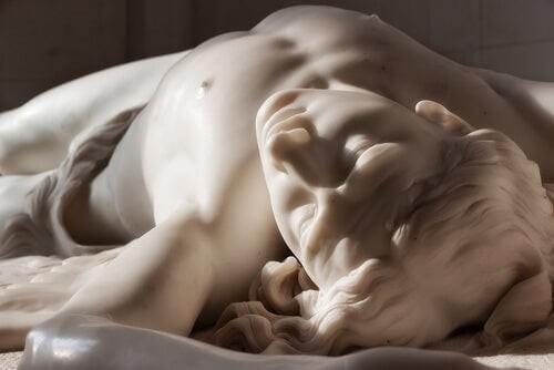 Statue af mand i besynderlig stilling symboliserer menneskevold