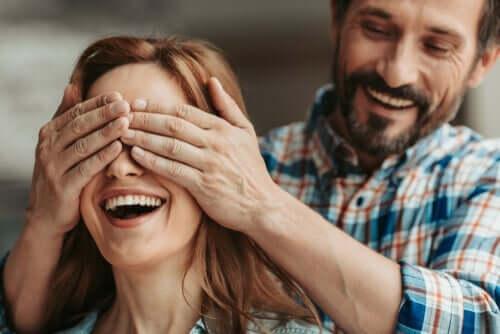 mand, der holder kvinde for øjnene