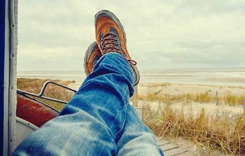 mand, der slapper af ved strand