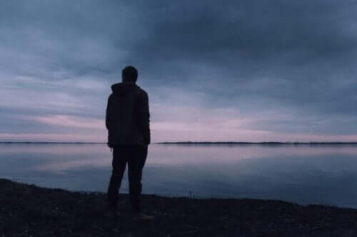 En trist mand foran en sø