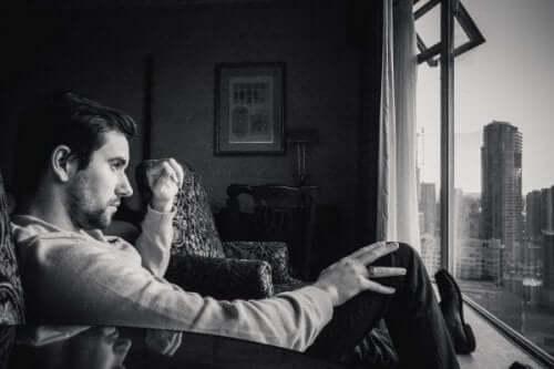 En mand med ondartet narcissisme kigger ud af vinduet