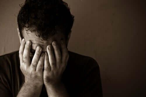 En mand, der skjuler ansigt bag hænder, lader dødslysten overtage
