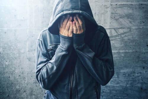 Mand skjuler ansigt i hænderne
