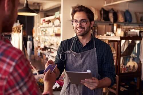 En medarbejder, der taler med en kunde i en butik