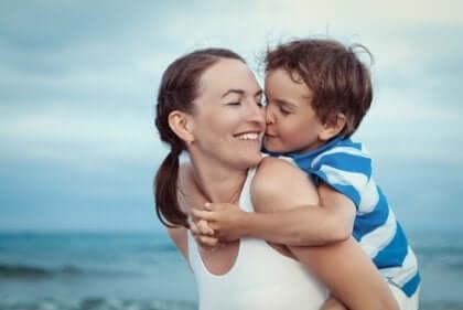 Mor og søn krammer og viser ubetinget kærlighed