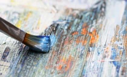 Pensel med maling på kanvas